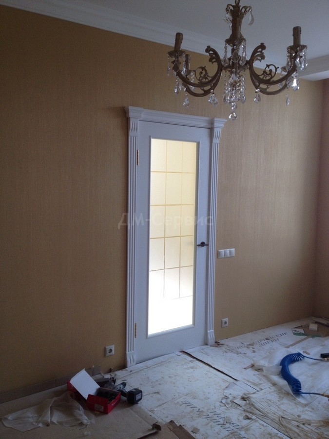 Белая дверь со стеклом