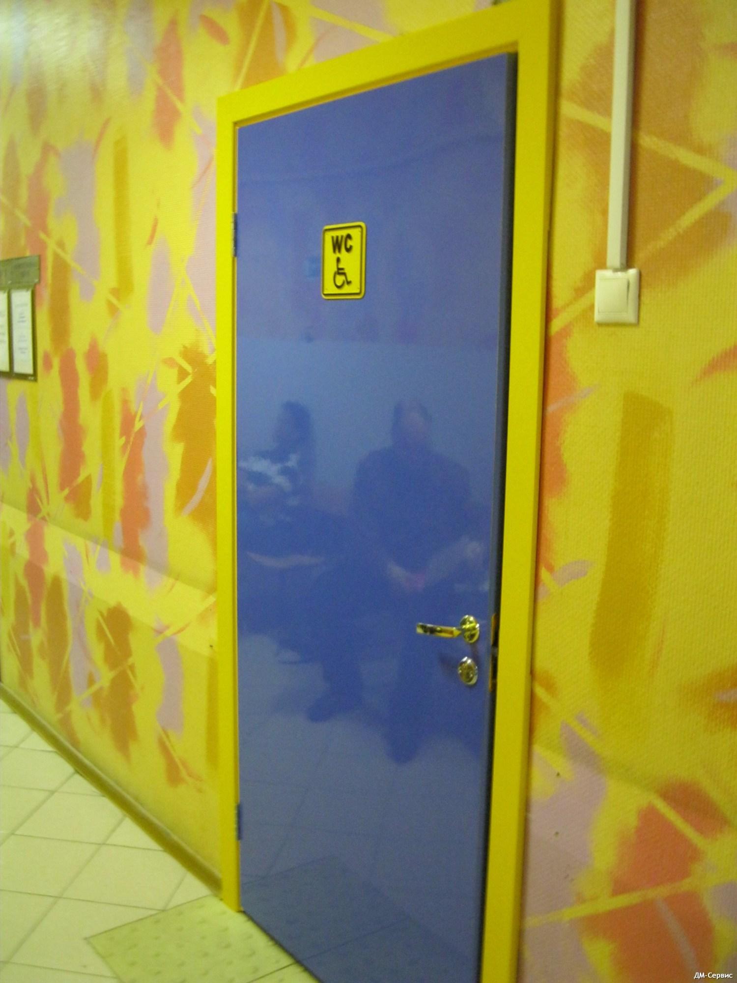 Дверь облицованная пластиком CPL в поликлинике