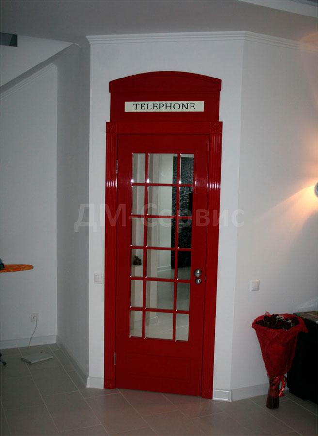 Межкомнатная дверь в стиле английской телефонной будки