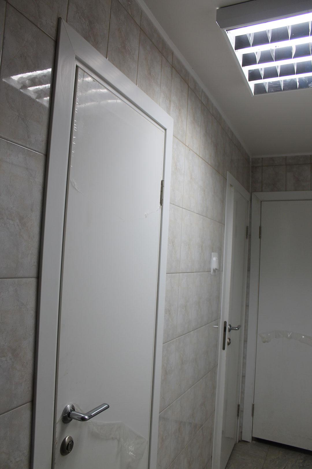 Белая дверь облицованная пластиком CPL