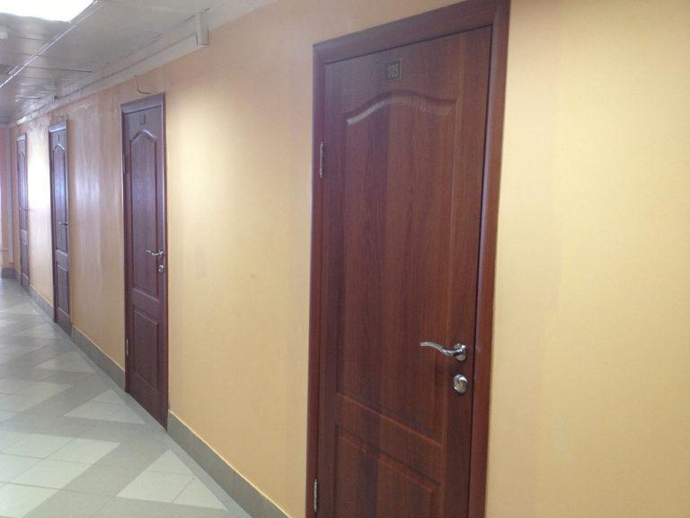 Ламинированные двери в государственном учреждении
