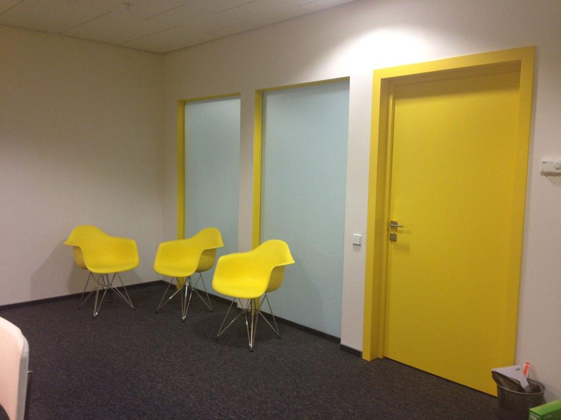 Желтая крашенная дверь по каталогу RAL