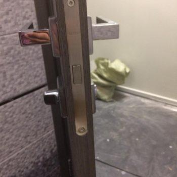 Дверной замок вмонтированный в межкомнатную дверь