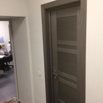 Монтаж двери экошпон в офисе