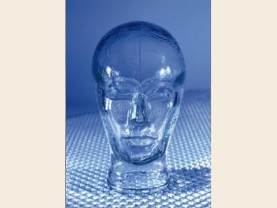 Desarrollan un vidrio irrompible tan duro como el acero