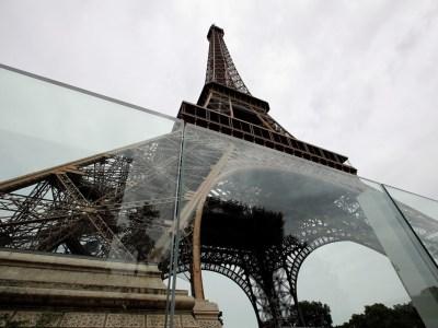 Construyen muro de vidrio para proteger la Torre Eiffel
