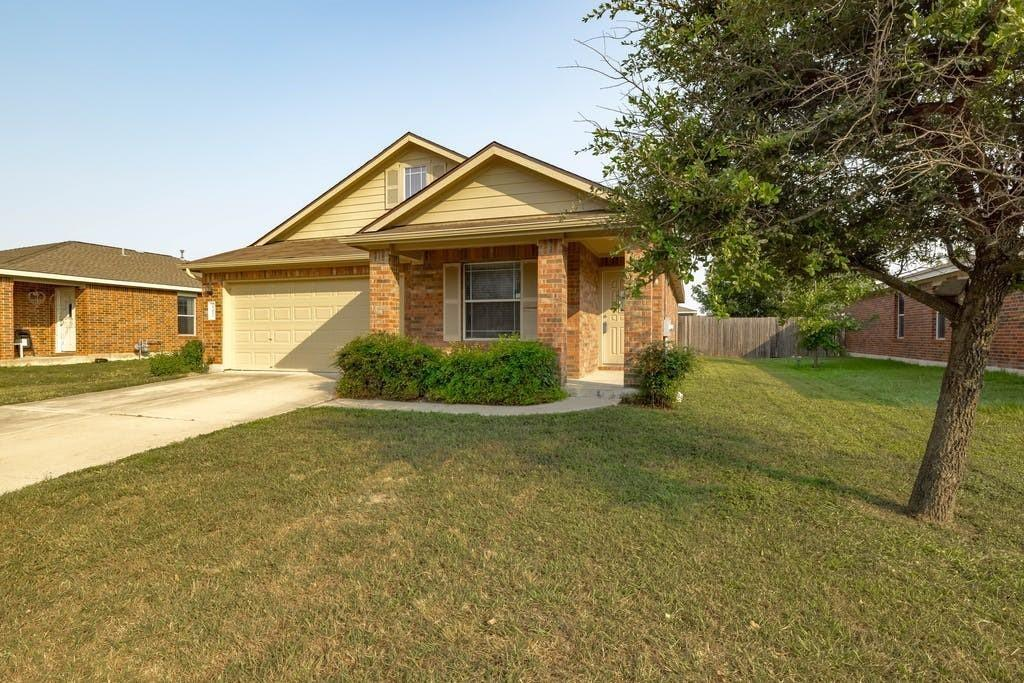 Nice 1-story home in Horizon Park. Open, 4 bed/2 bath Open 4-2 floor plan with spacious bedrooms, as well as a garden tub! Community swimming pool and park near by.