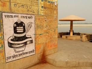 """Lingam z wężem, czyli obiekt kultu... no nie zgadniecie kogo ;) Na górze napis """"Svaccha Ganga, svaccha Kaśi"""", czyli """"Czysty Ganges, czyste Kaśi"""" (Kaśi/Kashi to dawna nazwa Waranasi)."""