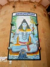 Medytujący bóg Śiwa nad jeziorem Mansarovar. Śiwa przedstawiony jest tu tradycyjnie jako Mahajogin - siedzący w pozycji lotosu, okryty skórą tygrysa, z wbitym w ziemię trójzębem i dobrym kumplem wężem owiniętym wokół szyi. Rozpuszczone włosy symbolizują wody Gangesu - a i jeszcze księżyc się w nich zawieruszył.