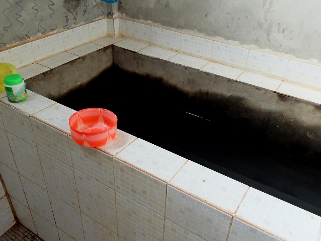 Deszczówka w zbiorniku oraz stylowa, plastikowa miseczka do polewania / Birma