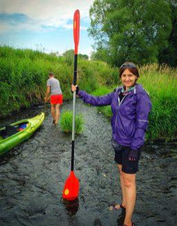 Marta dumnie prezentuje poziom wody