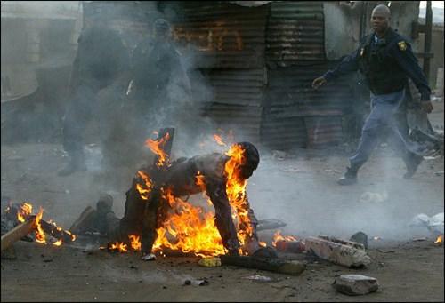 Afrique du Sud: l'homme noir découpé à la machette !