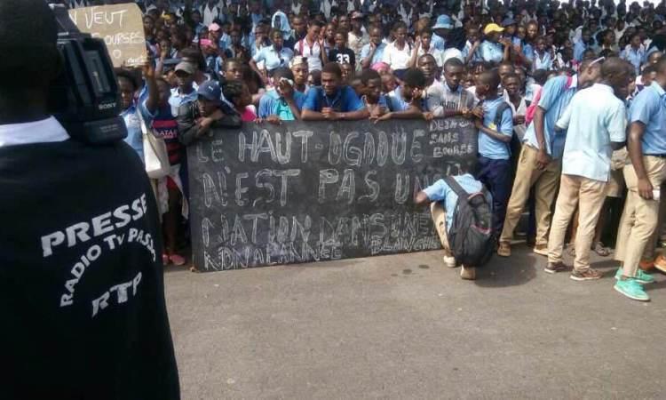 les eleves de franceville dans la rue pour reclamer leur bourse - Les élèves de Franceville dans la rue pour réclamer leur bourse