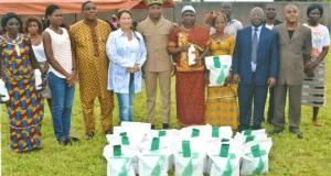 Autonomisation des Femmes - L'OMCC et l'ANASEMCI offrent 5 tonnes de semences certifiées aux femmes.