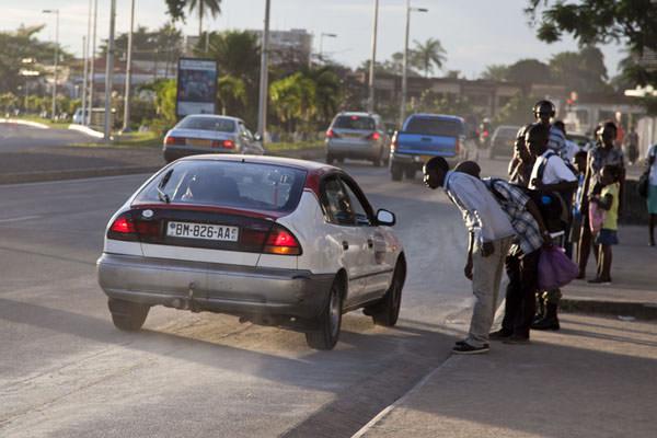Vol à l'arrachée à partir de véhicules : La nouvelle pratique courante à Libreville !
