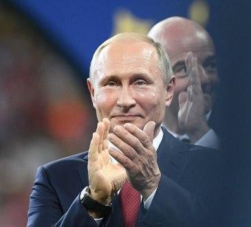 le president russe vladimir poutine applaudit a l issue de la finale de la coupe du monde de football entre la france et la croatie le 15 juillet 2018 a moscou 6088791 - La Russie a été visée par 25 millions de cyber-attaques pendant le Mondial de football (Affirmation de Poutine )