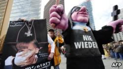 Des victimes allemandes et des militants contre les abus sexuels dans l'église catholique manifestent avec une marionnette religieuse pour protester contre la visite du pape Benoît XVI d'origine allemande, le 22 septembre 2011,