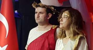 """La Turquie rappelle son ambassadrice en Ouganda, vêtue en """"Hélène de Troie"""" à une réception"""