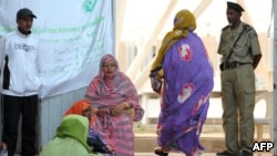 Des femmes attendant de voter à Nouakchott, lors de la présidentielle mauritanienne, le 21 juin 2014.