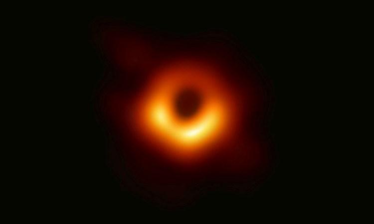 Le monde admire pour la première fois un trou noir