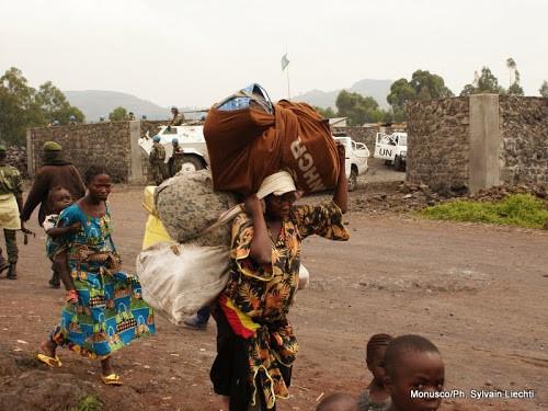 Des déplacés fuyant les affrontements entre FARDC et M23 tentent de trouver refuge dans la ville de Goma (Dimanche 18 novembre 2012)