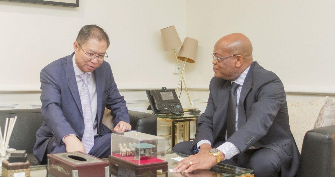 Audience du ministre de l'Economie M. Roger Owono Mba avec - Audience du ministre de l'Economie, M. Roger Owono Mba avec l'ambassadeur de Chine au Gabon, et la directrice de l'AFD au Gabon