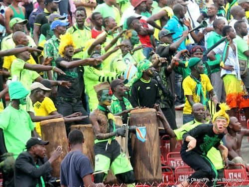 Des supporteurs de l'As. V Club au stade Tata Raphael à Kinshasa, dans le cadre de la Ligue des champions 2014 de la CAF. Radio Okapi/Ph. John Bompengo