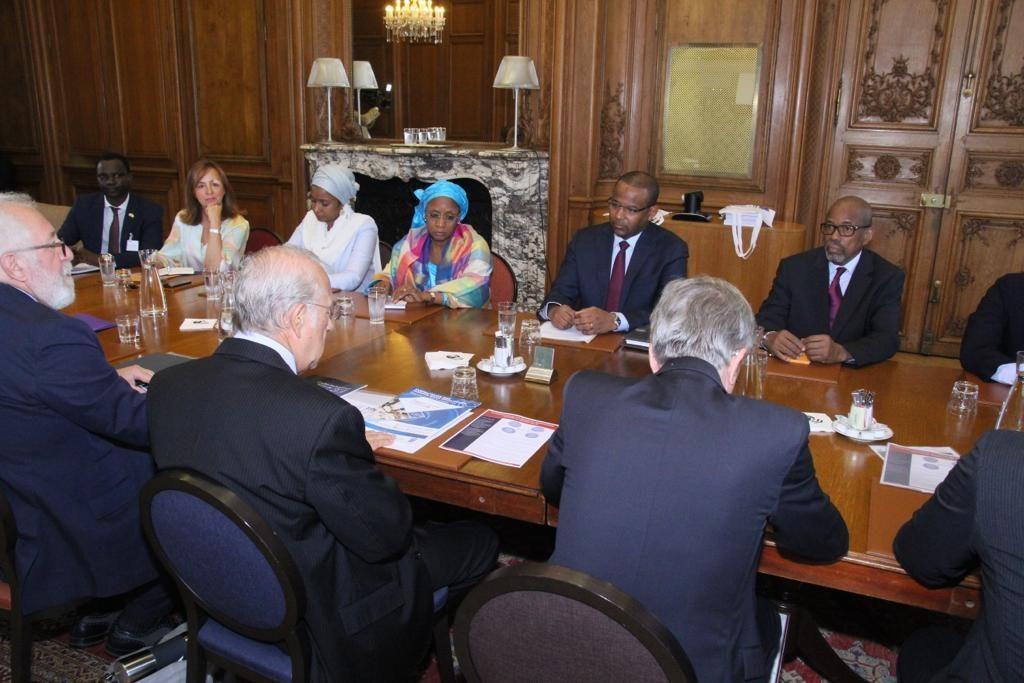 Le PM en France : Contacts prometteurs avec chefs d'entreprises et opérateurs économiques