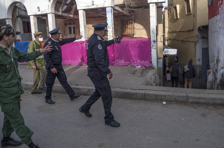 Photo archives montrant policiers marocains patrouillant 27 2020 quartier Takadoum capitale Rabatfaire respecter confinement pleine crise coronavirus 3 729 481 - Coronavirus: les polices du Maghreb mobilisées contre les escrocs de la pandémie