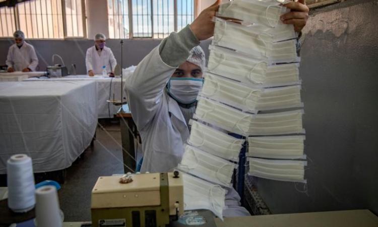 AuMaroc, des détenus confectionnent des masques sanitaires en prison