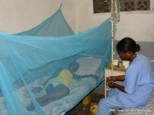Dans la moustiquaire, un enfant victime de paludisme reçoit des soins dans un hopital à Kinshasa. Radio Okapi/ Ph. John Bompengo