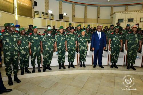 Le président Felix Tshisekedi entouré du Haut commandement militaire des FARDC lors de la réunion du 11/07/20 au Palais de la Nation.<br /> Photo presse présidentielle