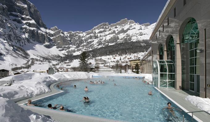 Aussenbad der Lindner Alpentherme mit phŠnomenaler Aussicht auf die Bergkulisse.