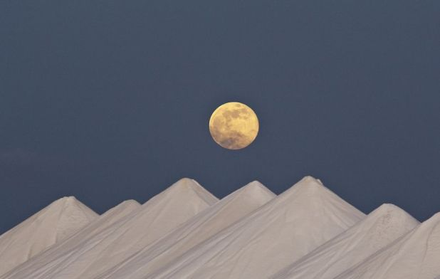 Bonaire Island PJ4/K1XX Tourist attractions spot Super moon over the Salt Hills.