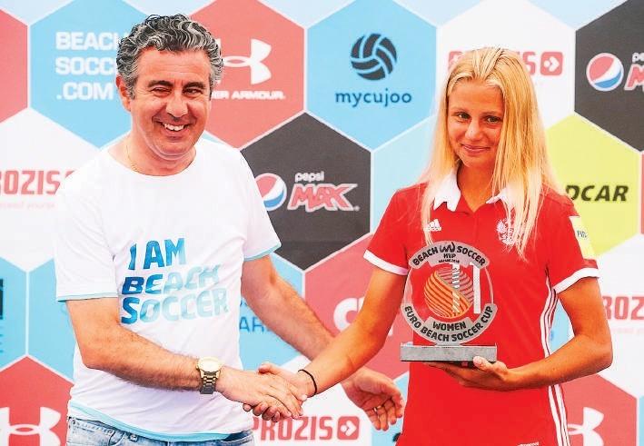 Марина Федорова с призом Лучшего игрока Межконтинентального Кубка.»