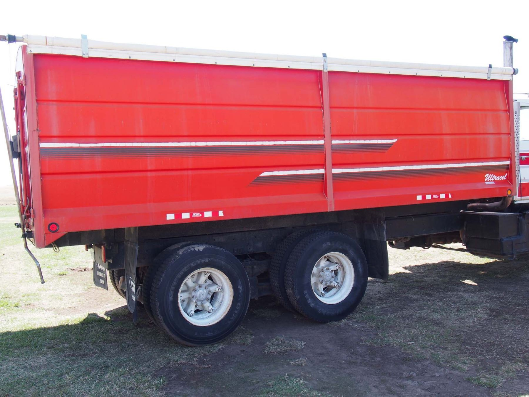 medium resolution of  image 4 1988 ford l9000 tandem truck 855 cummings engine 20 box and
