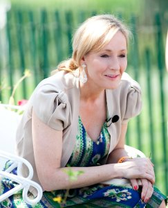 J.K. Rowling By Daniel Ogren - Flickr: 100405_EasterEggRoll_683, CC BY 2.0, https://commons.wikimedia.org/w/index.php?curid=15164977