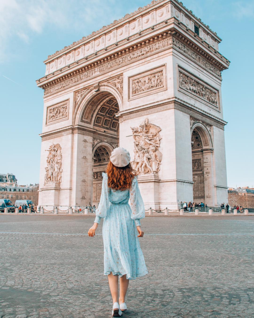Girl walking towards de Arc de Triomphe