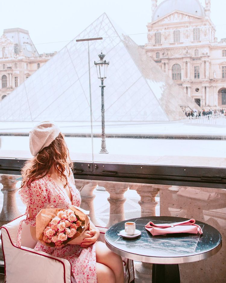 A cafe in front of the Louvre