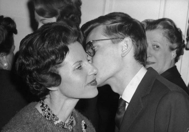 「ラ・ビス」の伝統は、1959年にパリで母親に挨拶する際にフランスの故ファッションデザイナーであるイヴ・サン・ローランが示したように、頬にキスをすることです。