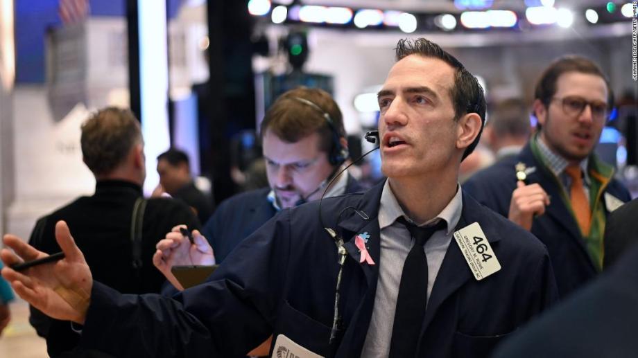 トレーダーは、2020年3月16日にニューヨーク証券取引所(NYSE)のオープニングベルで働きます。