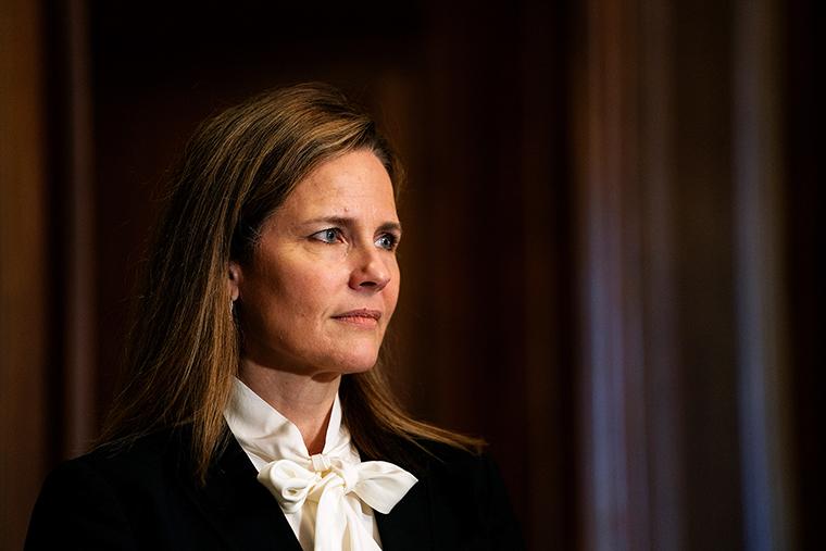 ผู้พิพากษาเอมี่โคนีย์บาร์เร็ตต์ประธานาธิบดีโดนัลด์ทรัมป์ผู้ได้รับการเสนอชื่อในศาลฎีกาสหรัฐที่ Capitol Hill ในวอชิงตันดีซีเมื่อวันที่ 1 ตุลาคม 2020