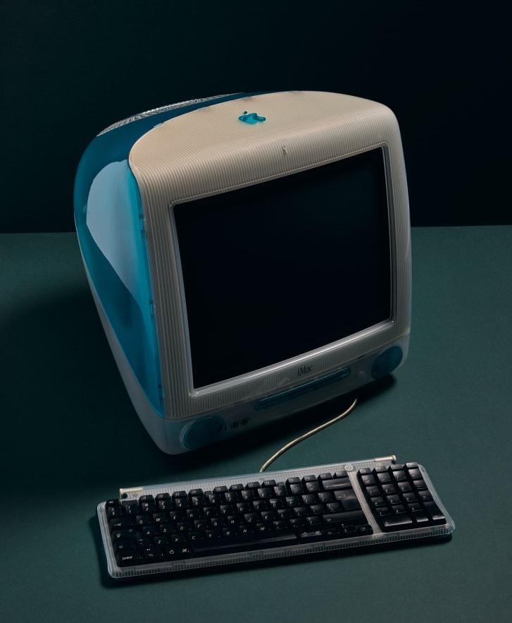 L'iconico iMac G3 di Apple è disponibile in una gamma di colori brillanti ed è stato commercializzato come più facile da usare rispetto ai PC più voluminosi dell'epoca.