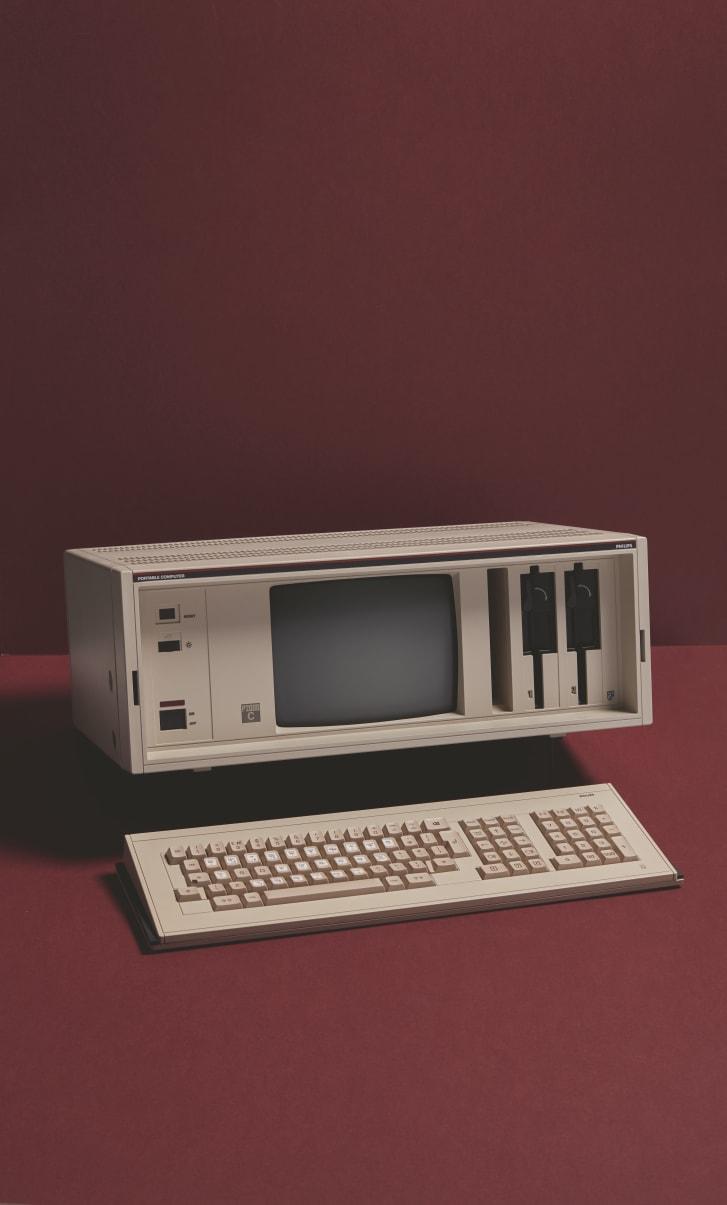 """Il """"portatile"""" Philips P2000C pesava 15 chilogrammi ed era dotato di un monitor da 9 pollici con schermo verde."""