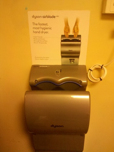 dyson airblade im test was die handtrockner k nnen. Black Bedroom Furniture Sets. Home Design Ideas