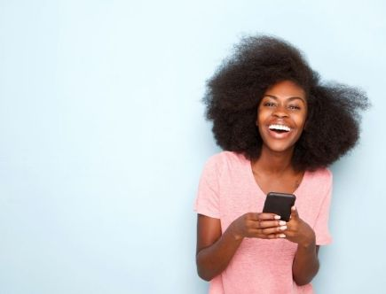 femme cheveux afro fille telephone
