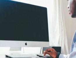 homme africain bureau pc ordinateur