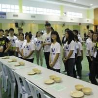 佛學院同學教導瓜雪區「愛我青年」營員過堂吃飯