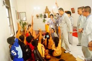 同學們於Sembong佛教村與小菩薩玩遊戲,教導三好四給。