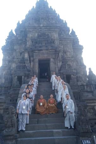 東禪佛教學院 全體師生於普蘭巴南印度廟主廟前合影。